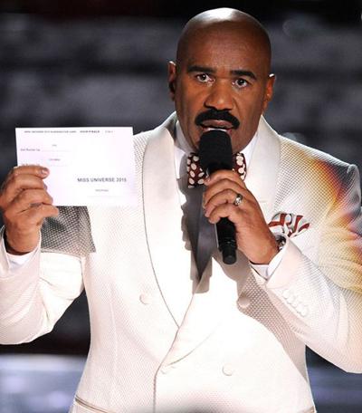 Steve Harvey trong lúc thừa nhận mình mắc sai lầm trao nhầm giải tại Hoa hậu Hoàn vũ 2015.