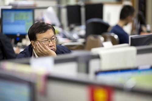 Trung Quốc đã 2 lần phải can thiệp cứu thị trường từ hè năm ngoái. Ảnh: AP